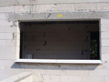 otwór okienny przygotowany do montażu warstwowego